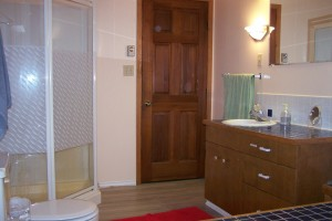 Ranch-House-shared-bathroom